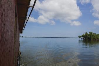 Barco passando por uma ilha