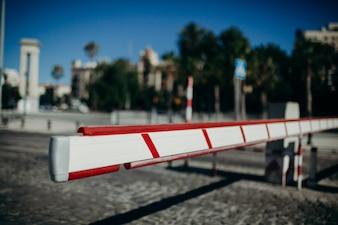 Barreira de acesso ao veículo. Fundo urbano.