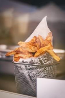 Batatas fritas em uma bacia de alumínio