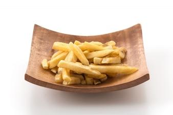 Batatas fritas na placa de madeira