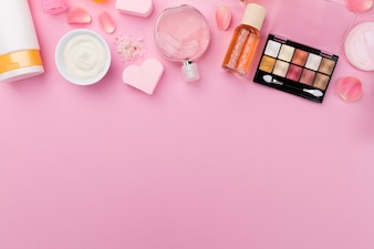 Beauty Spa Feminine Concept. Cosméticos de cosméticos para maquiagem e cosméticos para maquiagem em plano rosa. Vista do topo. Acima.