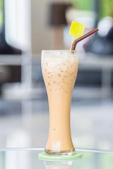 Bebida listrada vidro de leite mocha