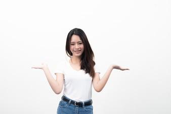 Bela jovem asiática com exibição de mão para publicidade isolada no fundo branco.