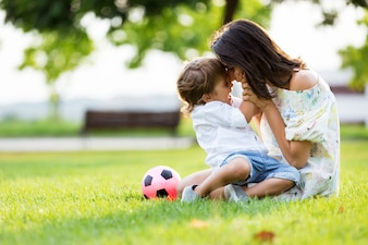 Bela jovem mãe apaixonada por seu filho no parque.