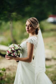 Bela noiva posando com buquê