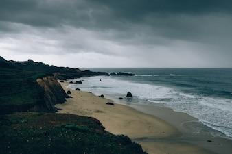 Bela praia e um céu sombrio