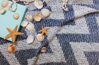 Bela toalha de praia com livro e estrela do mar