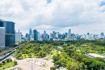 Bela torre de construção de escritórios e arquitetura na cidade de Banguecoque