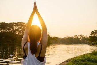 Beleza do nascer do sol mão meditar relaxar