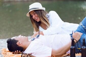Belo casal jovem apaixonado pela montanha.