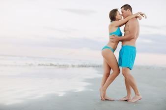 Belo casal na praia