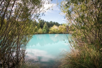 Belo incrivelmente azul lago Pukaki na Nova Zelândia