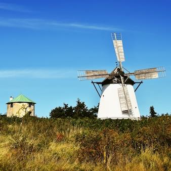 Belo moinho de vento antigo e paisagem com o sol. Retz - Áustria. Europa.
