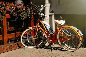 Bicicleta estacionado ao lado de uma cerca