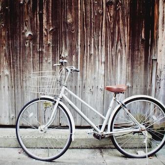 Bicicleta velha do vintage que inclina-se contra a parede do grunge