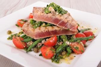 Bife de atum com salada