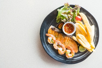 Bife grelhado de salmão e camarão