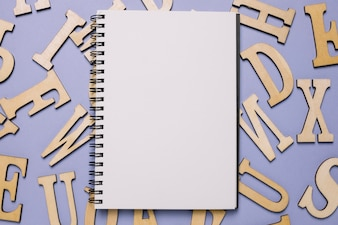 Bloco de notas e letras