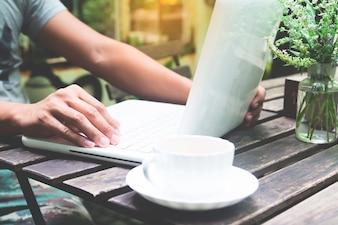 Blog masculino usando on-line moderno ao ar livre