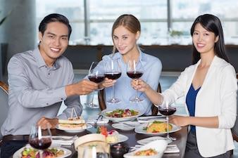Boas Executivos que bebem o vinho no restaurante