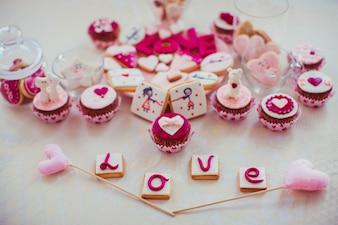 """Bolos com a palavra """"amor"""" em cookies"""