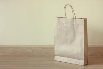 Bolsa de papel marrom no chão