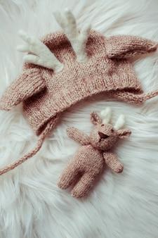 Bonito chapéu de bebê bonito e close-up de brinquedo