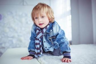 Bonito retrato de um menino lindo e adorável