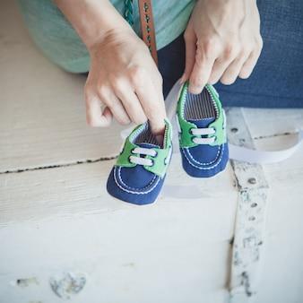 Botas de bebê nas mãos
