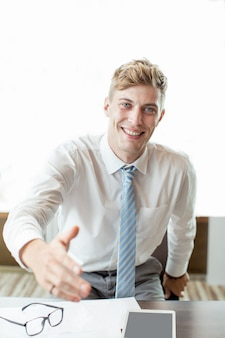 Braço Extenente de Homem de Negócios Feliz para Handshake
