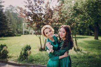 Bridesmaids abraçando