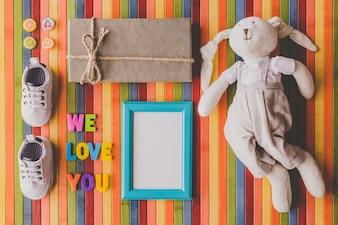 Brinquedo macio e presentes para dar boas-vindas a um bebê