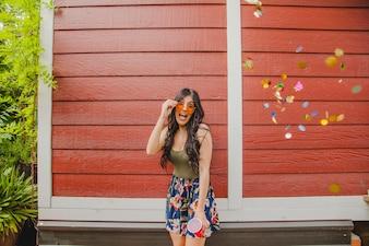 Brunette com festejos com confetes