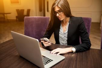 Busines quentes falando trabalho tecnologia de empresário