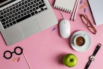 Business Space Business Freelance Concept Vista superior acima do laptop Flat Lay. Fundo rosa.