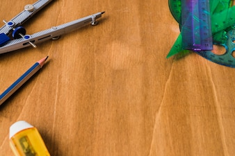 Bússola, lápis, borracha e normas