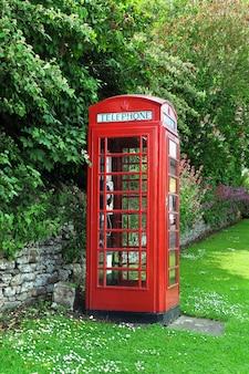 Cabine de telefone no campo Inglês