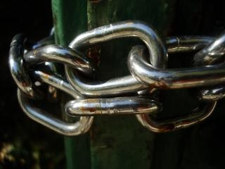 Cadeias de uma porta de metal