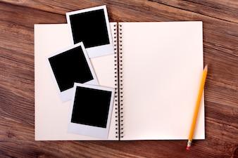 Caderno em branco com algumas fotografias