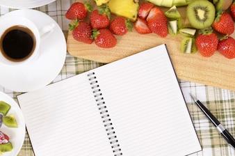 Caderno em branco na cozinha