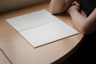 Caderno na mesa de madeira