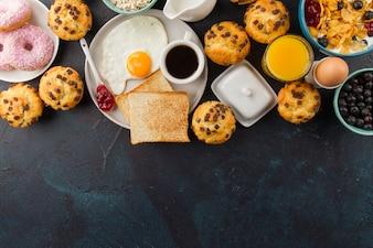 Café da manhã delicioso na mesa de mesa preta