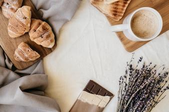 Café da manhã fresco e doce na cama