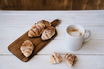 Café e cruzeiros para café da manhã