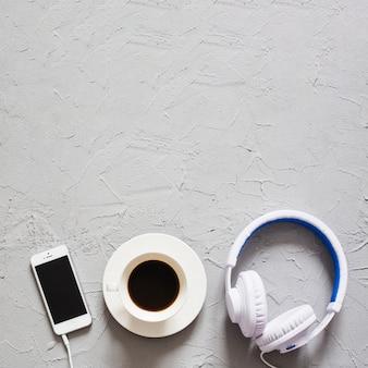 Café, fones de ouvido e telefone