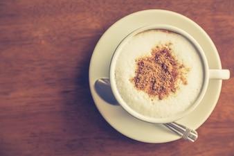 Café quente decorado com chocolate