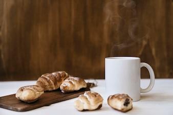Café quente e croissants