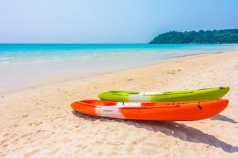 Caiaque barco colorido na praia e no mar