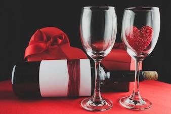 Caixa de chocolates com uma garrafa de vinho e dois copos
