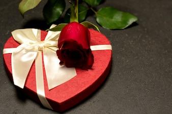 Caixa de forma de coração vermelho com rosa vermelha